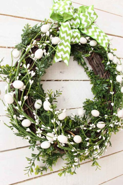 The right wreath sets the perfect tone for your home while warmly welcoming your guests. There's no better way to do that than with a simple wreath at a cost you'll love.  Get the tutorial at The Happy Housie.