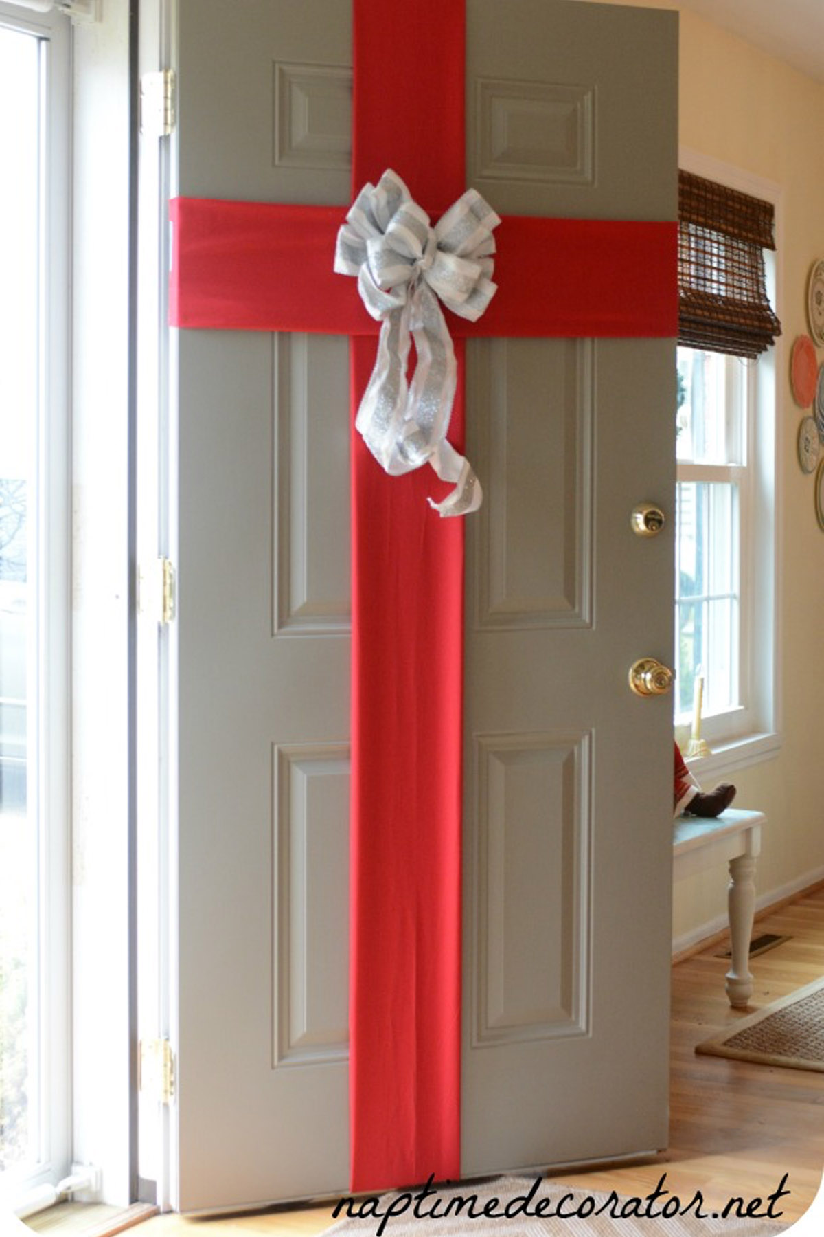 5 best christmas door decorations how to decorate your. Black Bedroom Furniture Sets. Home Design Ideas