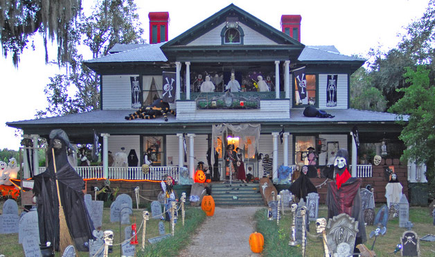 jeffrey scott was vacationing in oakland florida in 2008 and just had to snap a photo of this two story house decorated from top to bottom and everywhere - Decorating House For Halloween