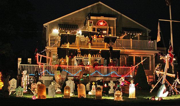 spooky shipwreck - Halloween Decorated House
