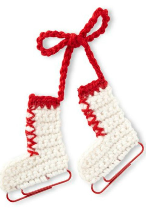 All you need to create this fun ornament are yarn and jumbo paper clips, which double as bright blades.