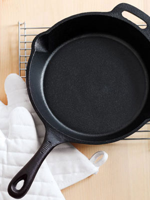 how to reseason a cast iron skillet how to season a cast iron frying pan at. Black Bedroom Furniture Sets. Home Design Ideas